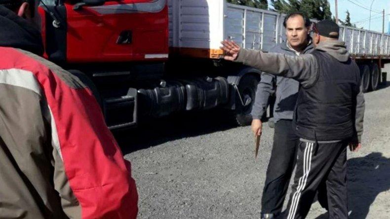 La temeraria actitud del camionero que se armó de un cuchillo para enfrentar a los municipales que volvieron a cortar la ruta