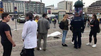 la policia mato a un hombre que apunalo a varias personas en finlandia