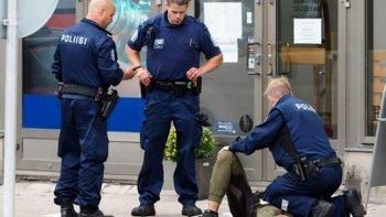 Policías intentan asistir a una de las víctimas.