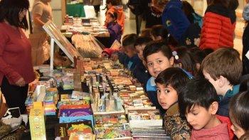 Niños y adultos continúan visitando la Feria del Libro. Recorren stands de editoriales y participan de talleres, espectáculos teatrales y otras actividades.