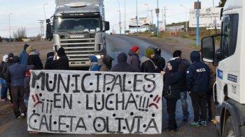 Con el anuncio de fechas de pago de salarios, el martes podría comenzar a descomprimirse el conflictolaboral en el ámbito del municipio caletense que cobró notoriedad por reiterados cortes de ruta.