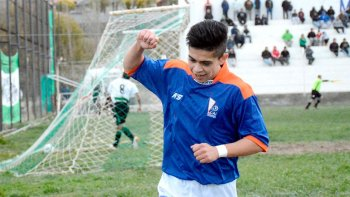 Matías Vargas festeja su gol, con el que la CAI ganó en Caleta Olivia para sequir liderando con tranquilidad.