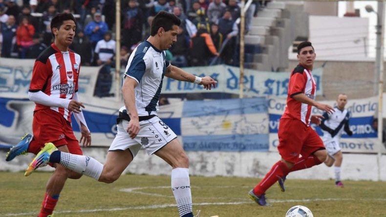 Mauro Villegas intenta un ataque en el partido que Jorge Newbery le ganó a Olimpia Juniors por 2-1.