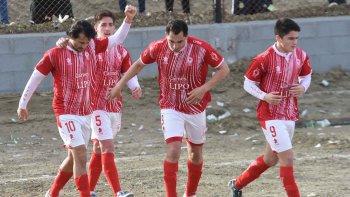 El Chaca Bustos junto a sus compañeros con el puño levantado, tras convertir el gol de la victoria.