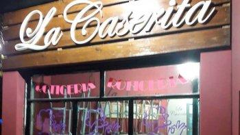 El frente de la pizzería que dos individuos intentaron asaltar a mano armada, pero se encontraron con la firme resistencia de su propietario.