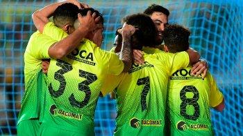 Los jugadores de Defensa y Justicia en el festejo del primer gol ayer en cancha de Racing.