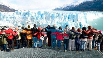 Referentes de entidades ambientalistas que se oponen a la construcción de las represas, realizaron el domingo un abrazo simbólico frente al glaciar Perito Moreno.