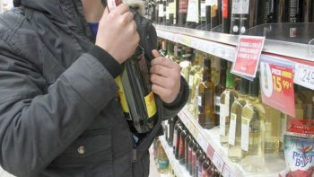 adolescentes fueron sorprendidos sustrayendo bebidas