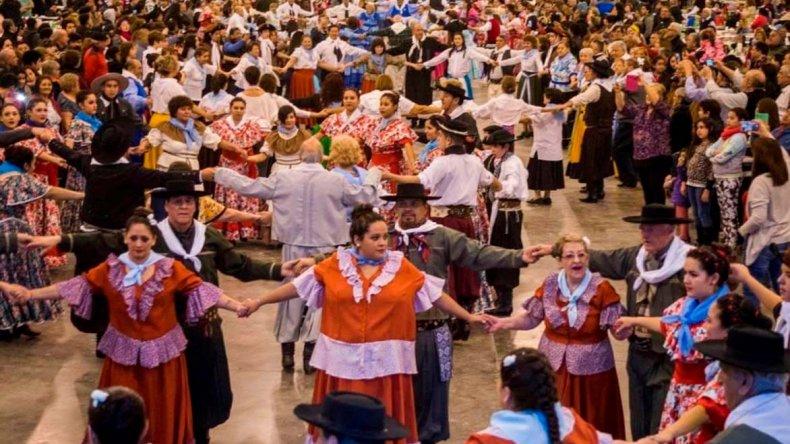 Más de 60 parejas de baile participaron del tradicional pericón que se realizó en la jornada inaugural del Festival por el Día Mundial del Folklore.