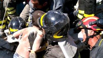 El sismo mantuvo en vilo a toda Italia ya que tres hermanos, un bebé de siete meses y dos niños de 7 y 11 años, estaban atrapados bajo los escombros de su casa. Fueron rescatados ilesos.