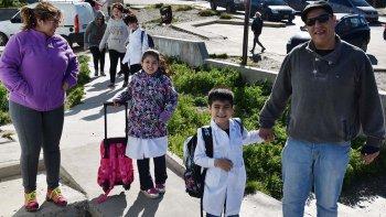 Miles de chicos acudieron ayer por primera vez a clases en lo que va del año acompañados por sus padres, tal como se refleja en esta escena captada en el acceso a la Escuela N° 74 de Caleta Olivia.