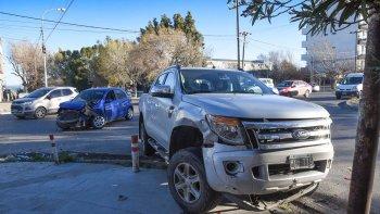 La camioneta terminó sobre la vereda y el automóvil resultó con serios daños.