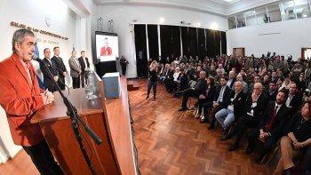 El gobernador Mario Das Neves firmó ayer, en Casa de Gobierno, la transferencia de 174 millones a Comodoro.