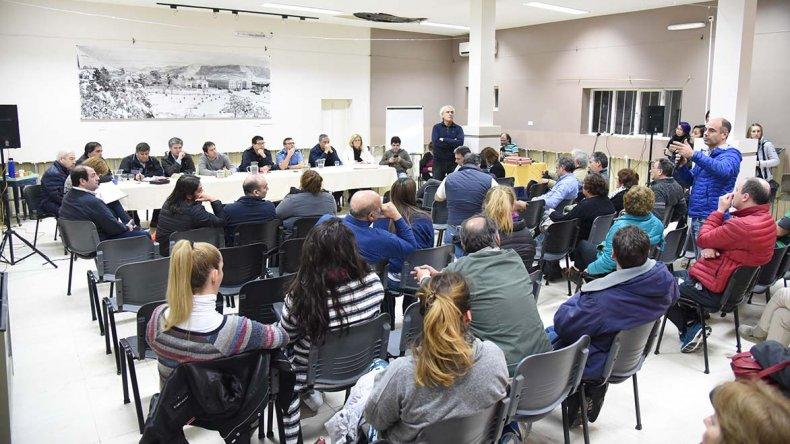 Más de 70 vecinos pidieron por mayor seguridad en la reunión con autoridades municipales y policiales.