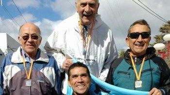 Héctor Bilbao, con la remera de provincia, junto al resto de los chubutenses que fueron parte de la 4ª edición del Nacional de Atletismo Master.
