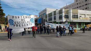Trabajadores de ATE se movilizaron por la calle San Martín, pidiendo la contratación de auxiliares que son monotributistas.