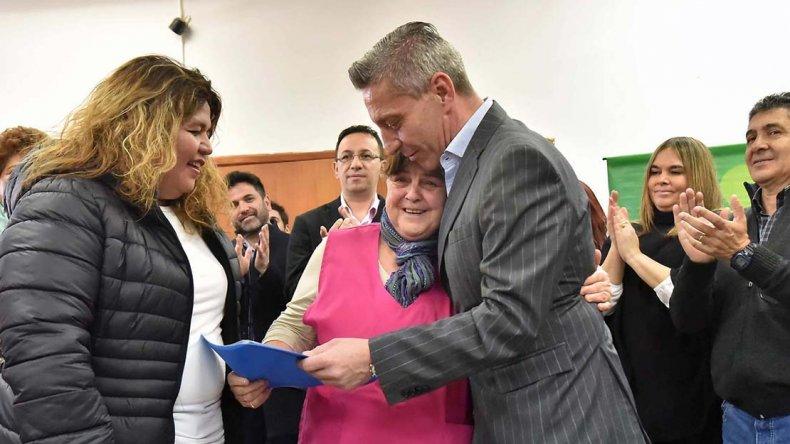 El vicegobernador Mariano Arcioni al encabezar ayer actividades en un club de abuelos de Trelew.