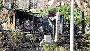 Cuando los bomberos sofocaban el incendio en busca de posibles víctimas, encontraron cuatro plantas de marihuana.