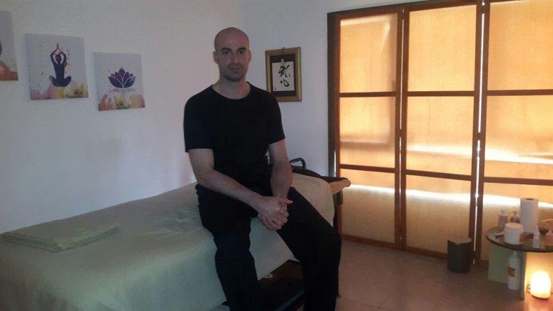 Gabriel Gómez en su sala de masajes.
