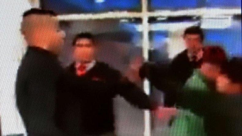 Los menores atacaron al policía en el acceso al supermercado