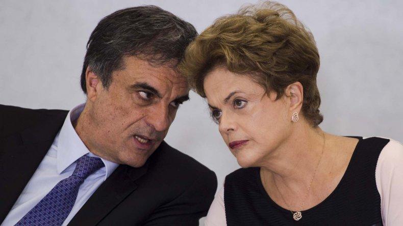 Dilma Rousseff junto a su abogado José Eduardo Cardozo.