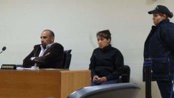 Una imagen de Yuliana Uribe junto a su abogado defensor Mauro Fontreñez cuando a fines de julio le dictaron tres meses de prisión preventiva.