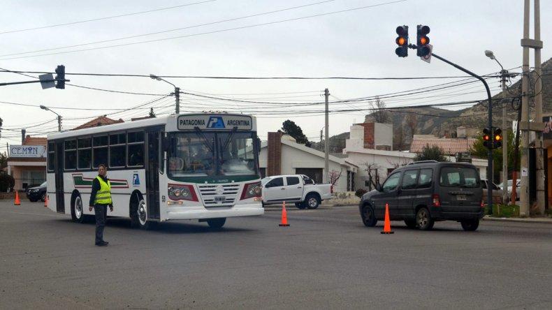 El sistema de semáforos que se habilitó ayer en el cruce de la avenida Tehuelches con Golfo San Jorge.