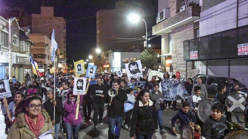 Más de mil manifestantes marcharon por las calles céntricas de Comodoro Rivadavia.