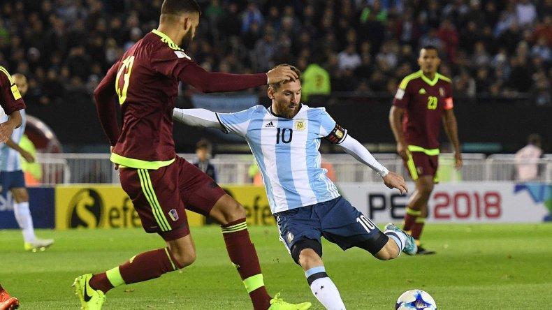 Lionel Messi prueba un remate ante la marca de Jhon Chancellor en el partido jugado anoche en el Monumental.