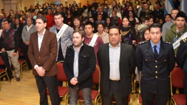 Parte de los invitados especiales y vecinos en general que asistieron al acto institucional.
