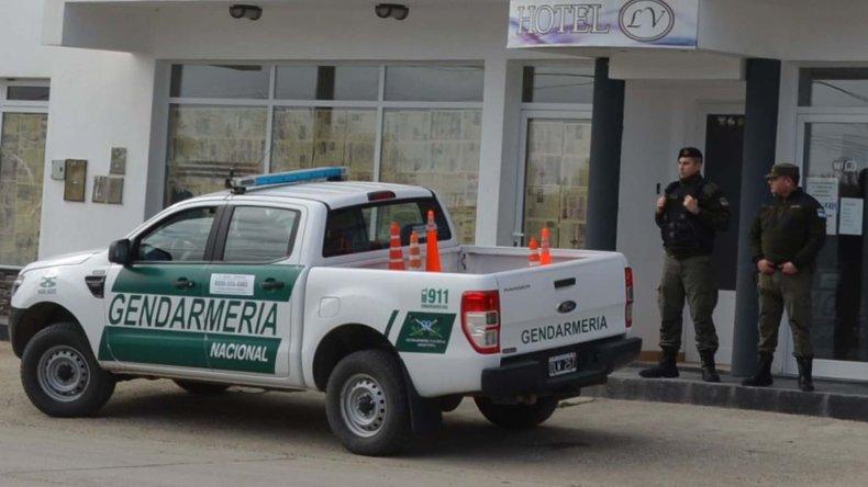 Una comisión de Gendarmería Nacional allanó ayer el hotel LV de Caleta Olivia donde se alojaron empresarios chinos que compraron terrenos fiscales.