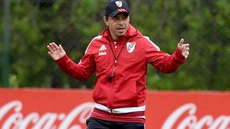 Marcelo Gallardo dando indicaciones durante un entrenamiento de River.