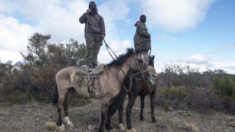 Integrantes de la comunidad mapuche de Cushamen observan el operativo desplegado en el río Chubut.