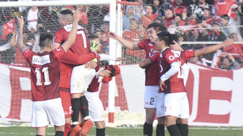 Tras el pitazo final estalló la locura en el estadio César Muñoz.