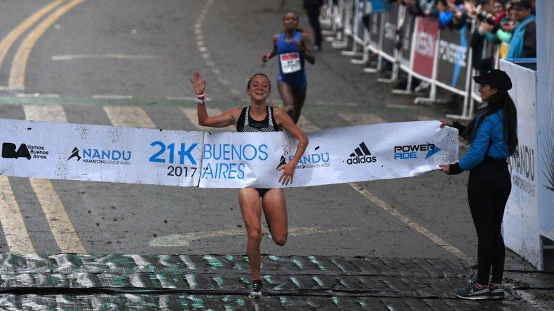 Florencia Borrelli llega a la meta ayer en los 21K de Buenos Aires.