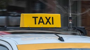 Un taxista denunció que un policía que estaría alcoholizado lo agredió junto a otras dos personas.
