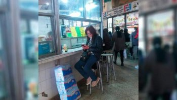 foto viral: ¿cristina fernandez  comiendo pizza en tucuman?