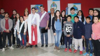 Parte de los alumnos que recibieron becas, junto a presidente de la comisión de fomento de Cañadón Seco, Jorge Soloaga.