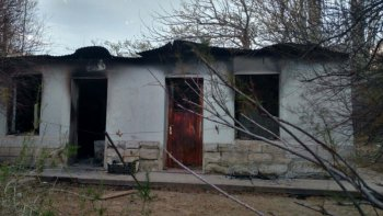 La casona de la estancia La Lechuza, ubicada en cercanías del bosque petrificado de Jaramillo, fue parcialmente destruida por un incendio.