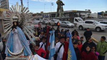 el viento patagonico acompano procesion de residentes saltenos