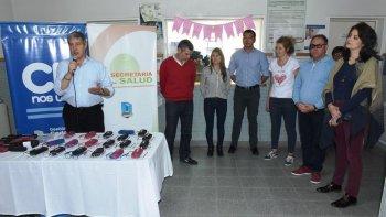 Carlos Catalá durante la entrega de anteojos que se realizó ayer en el barrio Stella Maris.
