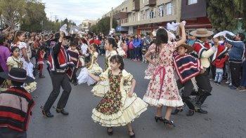 La avenida Rivadavia fue el escenario de un esquinazo de cueca que realizó el cuerpo de baile Tierra Linda para celebrar el 207° aniversario de la Independencia de Chile.