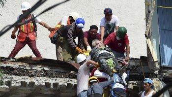 al menos 217 muertos: buscan sobrevivientes entre los escombros