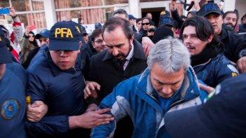 mapuches ocupan el despacho de otranto y piden su renuncia