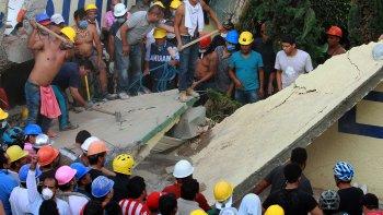 Rescatistas y voluntarios buscan víctimas en el Colegio Enrique Rebsamen.