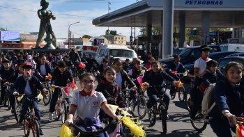 Cientos de chicos del nivel primario del Colegio Salesiano San José Obrero realizaron el paseo en bicicleta y otros lo hicieron caminando.