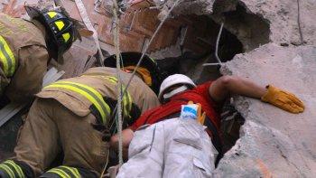 intentan rescatar a una nina entre los escombros