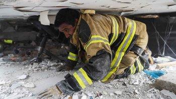 El esfuerzo de los rescatistas para encontrar sobrevivientes en el colegio que colapsó.