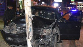 Tras el violento choque contra una columna metálica que destrozó la camioneta, el conductor –izquierda- procuraba dar explicaciones a los policías.