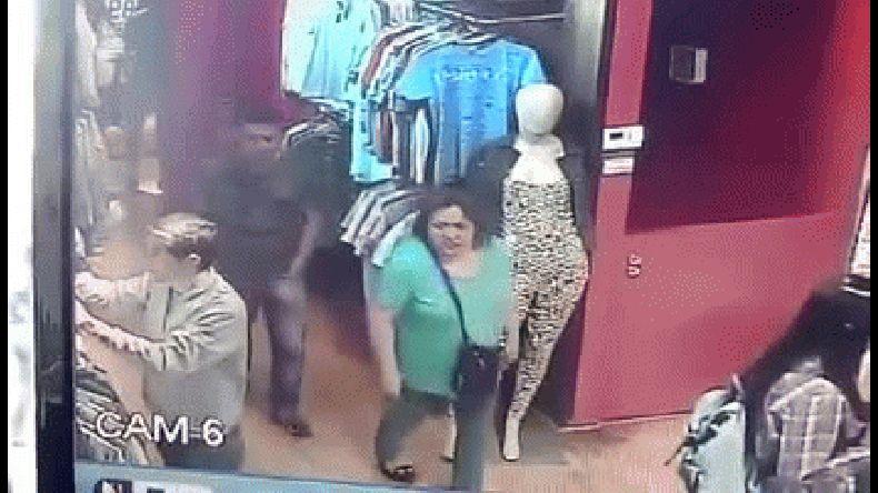 Mirá el video de un joven robando en un local céntrico